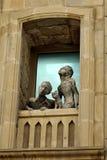Скульптура девушки, мальчика и кота смотря из окна в старом квартале городка Баку Стоковая Фотография