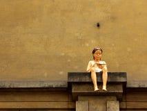 Скульптура девушки на уступе стоковая фотография