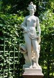Скульптура женщины в парке города Стоковые Изображения RF