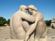 Скульптура женщины и человек на Vigelands паркуют, Осло Стоковое Изображение RF