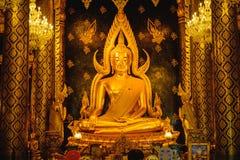 Скульптура золота статуи Будды, известная как Phra Phuttha Chinnarat на виске Wat Phra Sri Rattana Mahathat и большинств красивом Стоковое Изображение
