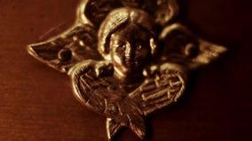 Скульптура золотого ангела акции видеоматериалы