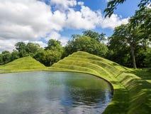 Скульптура и вода земли Стоковая Фотография