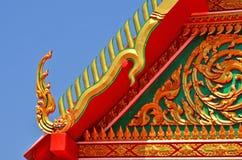 Скульптура и картина naga золота на тайском виске Стоковая Фотография RF