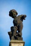 Скульптура идя маленького Анджела с предпосылкой голубого неба Стоковые Изображения RF