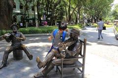 Скульптура кавказского скрипача бронзовая стоковое фото rf