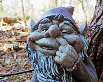 Скульптура карлика гнома думая в саде стоковые изображения