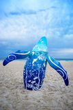 Скульптура кита на пляже Стоковые Изображения
