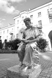 Скульптура - молодой человек читая книгу Стоковое Фото