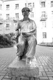 Скульптура - молодой человек читая книгу Стоковые Изображения RF