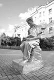 Скульптура - молодой человек читая книгу Стоковое Изображение