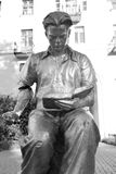 Скульптура - молодой человек читая книгу Стоковые Изображения