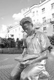Скульптура - молодой человек читая книгу Стоковые Фотографии RF
