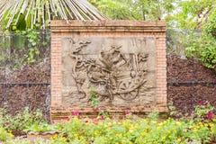 Скульптура на стене в тропическом тайском саде Стоковая Фотография