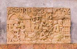 Скульптура на стене о тайском образе жизни в саде Стоковая Фотография