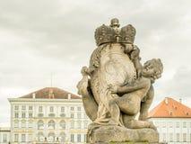 Скульптура на фронте дворца Nymphenburg в Мюнхене, Германии Стоковое Изображение RF