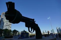 Скульптура ненасилия на штабах Организации Объединенных Наций в Нью-Йорке стоковые изображения