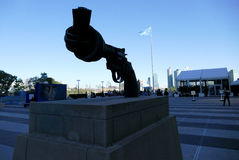 Скульптура ненасилия на штабах Организации Объединенных Наций в Нью-Йорке стоковые изображения rf