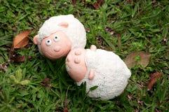 Скульптура овец на лужайке Стоковые Изображения RF