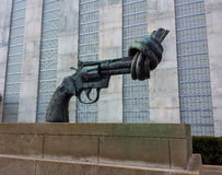 Скульптура оружия Карл Фридриха Reuterswärd завязанная на Организации Объединенных Наций Стоковые Фото