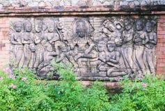 Скульптура о стародедовских камбоджийских женщинах surroundinin короля на стене в саде Стоковые Изображения