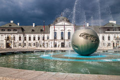 Скульптура перед президентским дворцом Стоковое фото RF