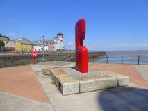Скульптура покрашенная красным цветом на входе гавани Стоковая Фотография