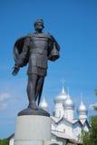 Скульптура принца Александра Nevsky и купола Святого Бориса и церков Gleb novgorod Россия veliky стоковые фото