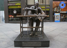 Скульптура работника одежды Юдифь Weller на районе моды в Манхаттане Стоковые Фотографии RF