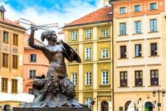 Скульптура русалки в старом городке в Варшаве на солнечный день с голубым облачным небом стоковое фото rf
