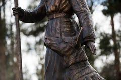 Скульптура сапера женщины с чабаном собаки обслуживания Стоковые Изображения RF