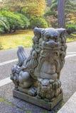 Скульптура собаки Komainu женская Foo японца стоковая фотография