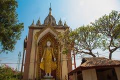 Скульптура 4 стоя Buddhas Bago Myanma Бирма стоковые изображения