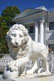 Скульптура льва на дворце Yelagin стоковые фотографии rf