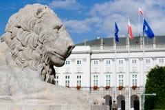 Скульптура льва около королевского дворца в Варшаве. Стоковые Изображения