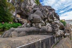 Скульптура льва спать Стоковая Фотография RF