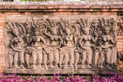 Скульптура Apsaras на стене в саде Стоковое Изображение RF