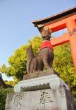 Скульптура Fox на святыне Fushimi-Inari, Киото, Японии стоковая фотография