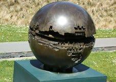 Скульптура 2 Sfera Arnaldo Pomodoro в De Молод Музее в Сан-Франциско Стоковая Фотография RF