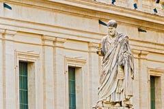 Скульптура St Peter перед базиликой в Риме, Италии Стоковое Изображение RF