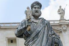 Скульптура St Peter перед базиликой в Риме, Италии Стоковые Фотографии RF