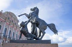 Скульптура tamer лошадей на мосте Санкт-Петербурге Anichkov в России город Стоковые Фото