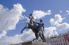 Скульптура tamer лошадей на мосте Санкт-Петербурге Anichkov в России город Стоковые Изображения
