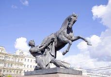 Скульптура tamer лошадей на мосте Санкт-Петербурге Anichkov в России город Стоковая Фотография RF