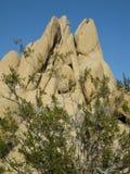 Скульптурная горная порода гранита с триангулярными пиками установила против голубого неба пустыни Мохаве Стоковые Фотографии RF