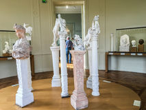 Скульптуры и бюсты на постаментах в галерее музея Rodin, Париже, Франции Стоковые Изображения RF