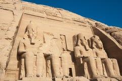Скульптуры короля Ramses II и ферзь Nefertari в виске Abu Simbel Стоковая Фотография