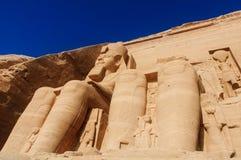 Скульптуры короля Ramses II и ферзь Nefertari в виске Abu Simbel Стоковая Фотография RF