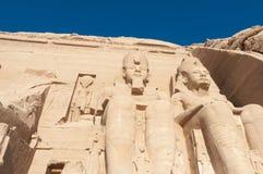 Скульптуры короля Ramses II и ферзь Nefertari в Abu Simbel t Стоковое Изображение RF