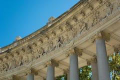 Скульптуры колоннады, пруд парка приятного отступления Стоковое Изображение